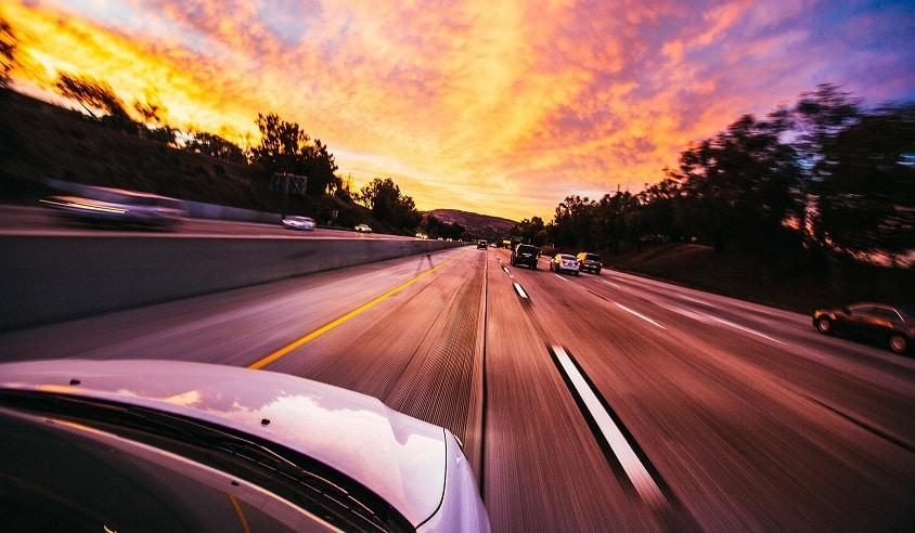 מבט מחוץ למכונת נוסעת בכביש מהיר עם הרבה מכוניות מכל הצדדים