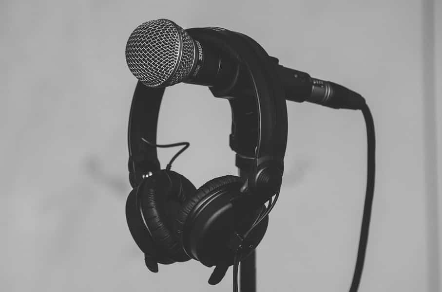 אוזניות תלויות על מיקרופון בשחור ולבן