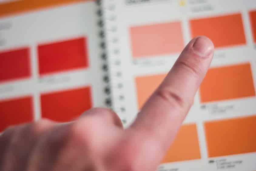 אצבע בוחרת בין כמה אפשרויות שונות אילוסטרציה של בחירה