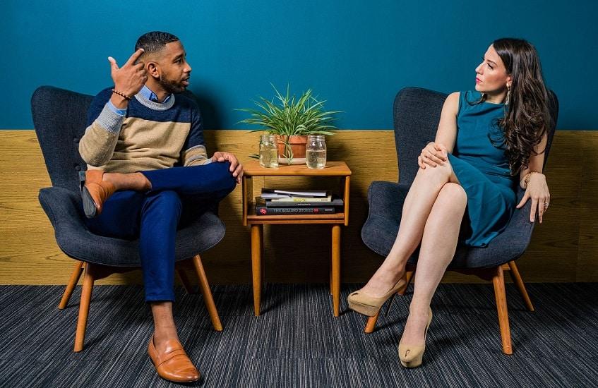 גבר ואישה יושבים אחת מול השני ומתדיינים על נושאים חשובים שונים