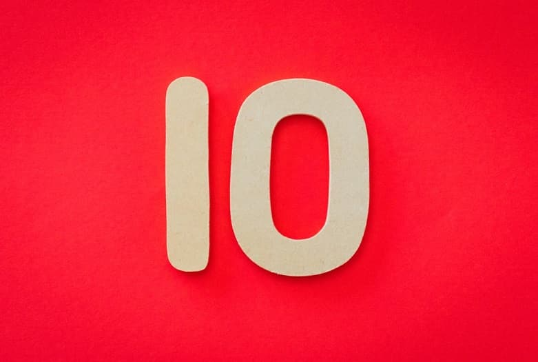 המספר 10 על רקע אדום