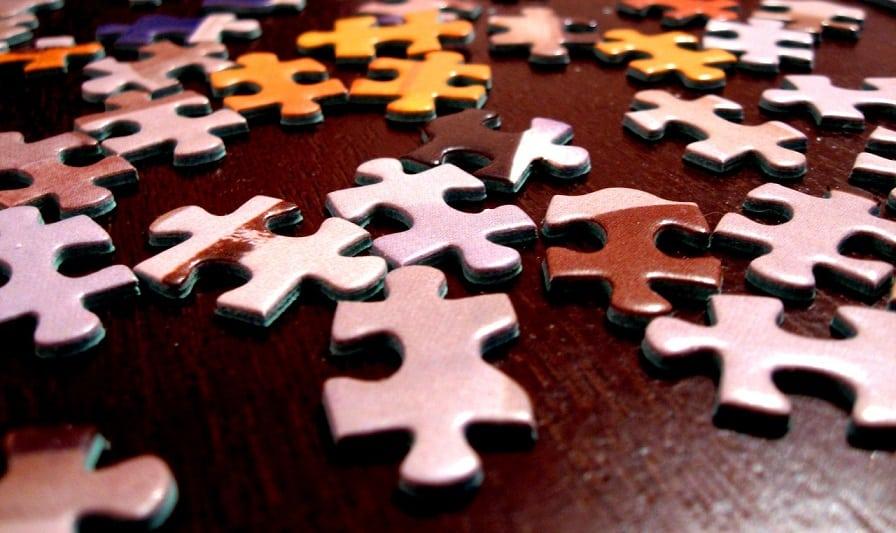 הרבה חתיכות שונות של פאזל בצבעים שונים מפוזרות על הרצפה