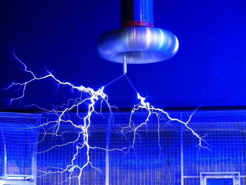 זרמים חשמליים שמחוברים לאלקטרודה גדולה שתלויה מהתקרה