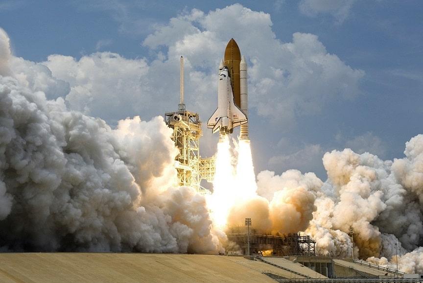 חללית מחוברת לטיל ומשוגרת לחלל אילוסטרציה של עוצמה