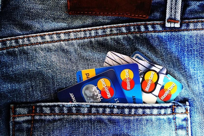 כיס אחורי של מכנס ג'ינס שמבצבצים ממנו 4 כרטיסי אשראי שונים