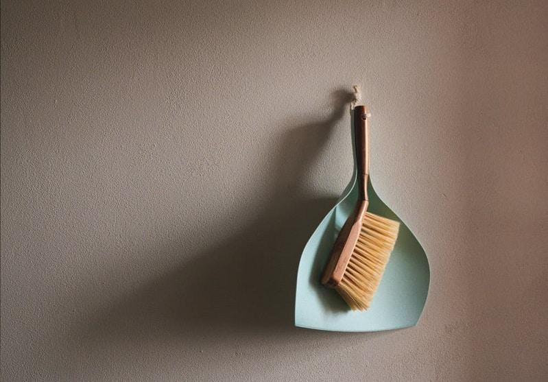 מברשת ויאה תלויים על הקיר באמצעות חוט
