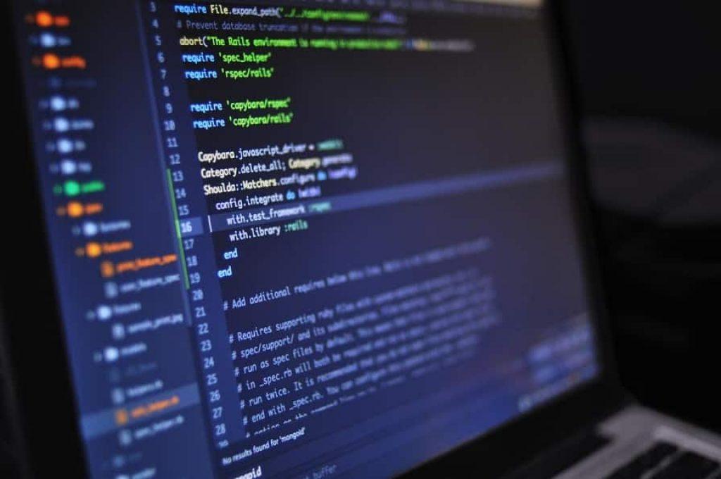 מסך של מחשב שמופיע עליו קוד שכתוב בשפת תכנות