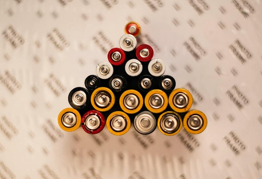 סוללות מסוגים וגדלים שונים מסודרות בעמידה אחת ליד השנייה בצורת משולש