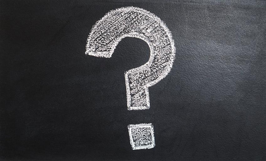 סימן שאלה שמצוייר עם גיר לבן על לוח שחור גדול