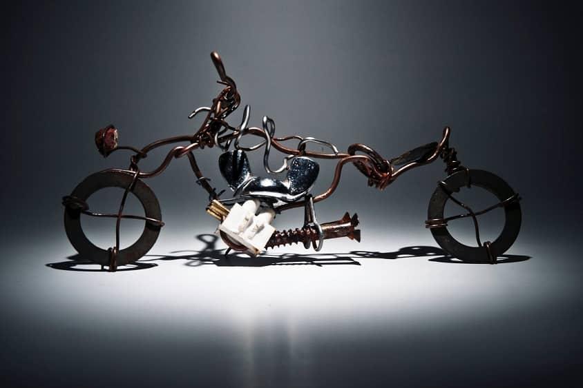 פסל של אופניים שעשויות מכל מיני חומרים אקראיים