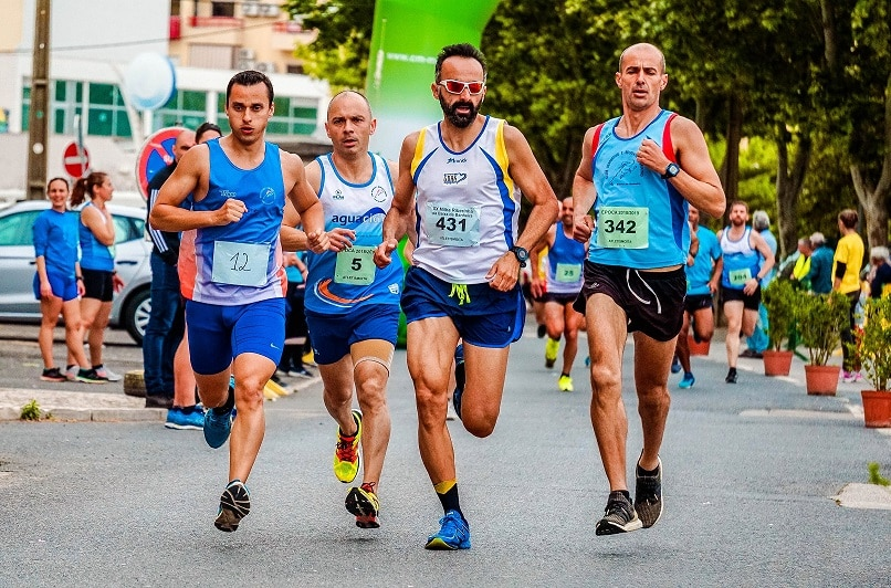 קבוצה של גברים בגופיות רצים ברחוב