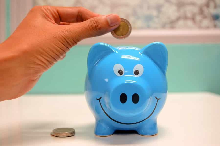 קופת חיסכון בצורה של חזיר קטן וחמוד בצבע כחול שמחייך
