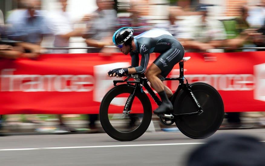 רוכב אופניים מקצועי נוסע במהירות אילוסטרציה של מהירות