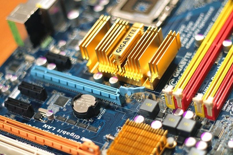שבב ממוחשב מבט מקרוב עם כל מיני רכיבים שונים מחוברים