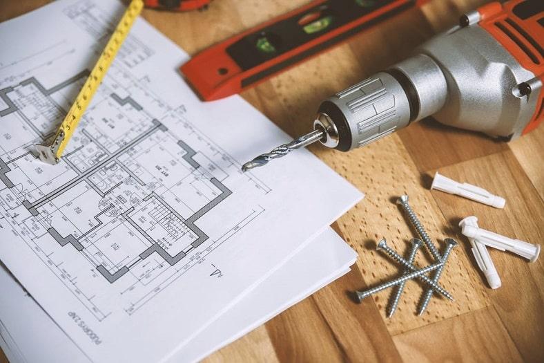 שולחן עם סרטוט מסמרים סרגל וכלי תיקון ובנייה שונים