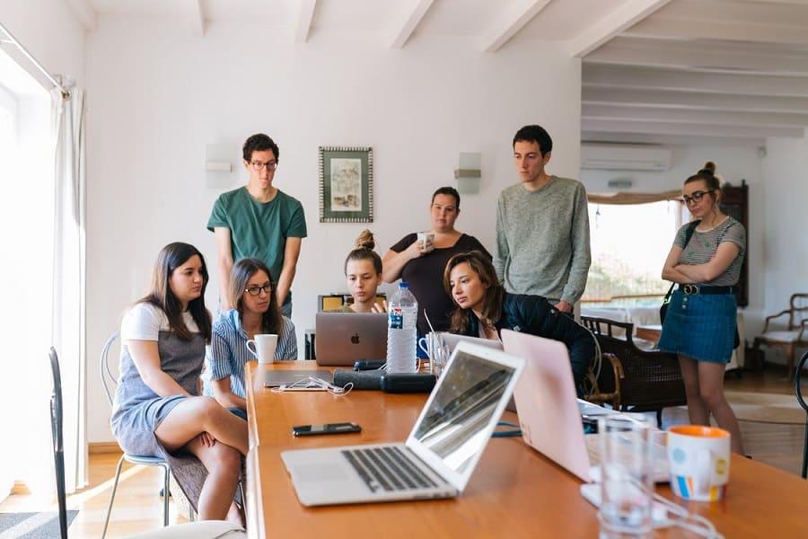 שמונה חברים שמסתכלים על המסך של המחשב וצופים במשהו