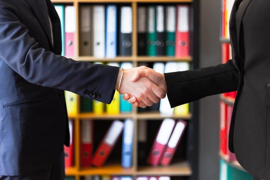 שני ידיים של אנשים בחליפות לוחצים ידיים אילוסטרציה של אמינות