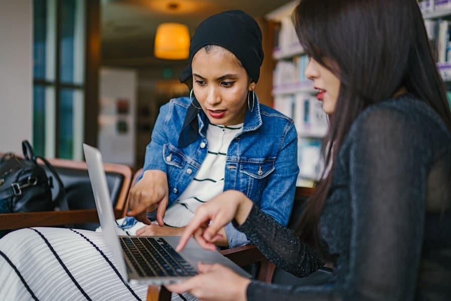 שני נשים בוחנות מוצרים שונים על המסך של הלפטופ של אחת מהן