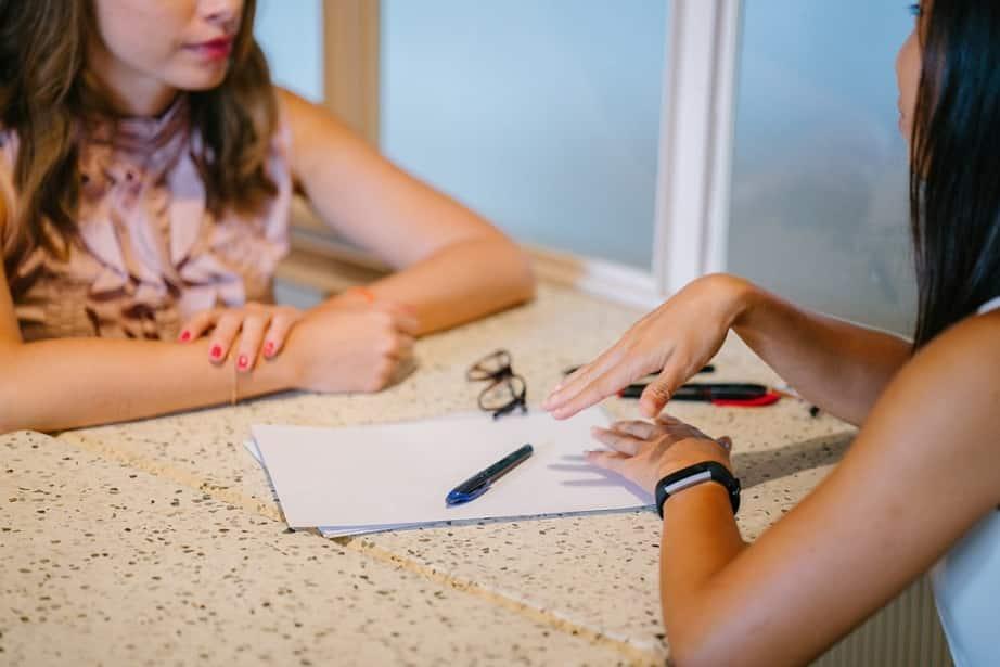 שני נשים יושבים ומדברות על נושאים שונים שקשורים למדריכים