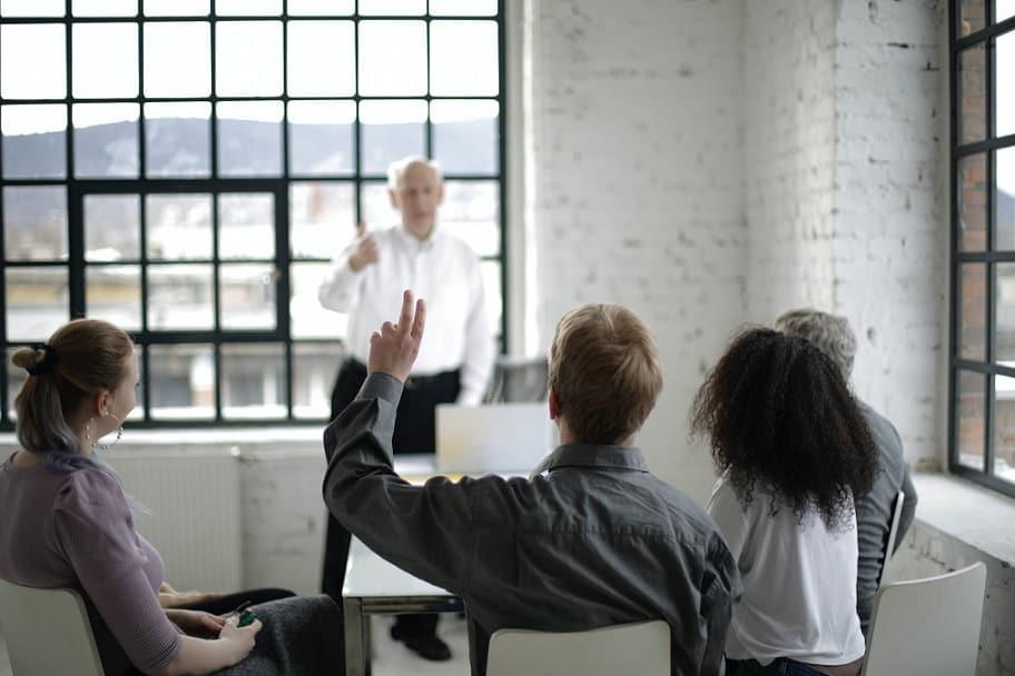 תלמיד מבציע בזמן השיעור כי הוא רוצה לשאול שאלה את המורה שלו