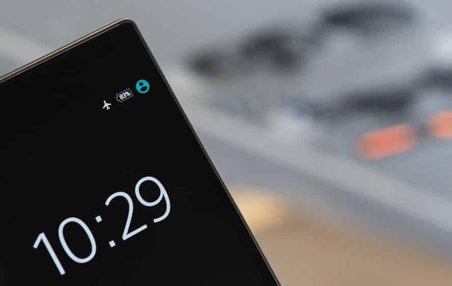 תקריב על סוללה במכשיר אנדרואיד עם מסך שחור