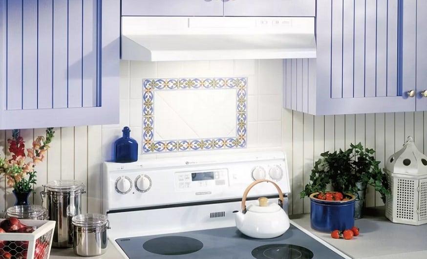 Broan F40000 מחובר למקום שלו במטבח