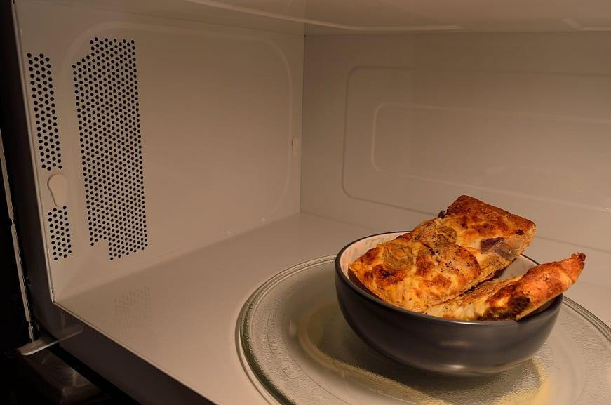 איך לחמם פיצה במיקרוגל ביתי