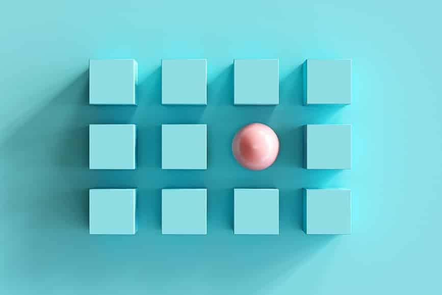 אילוסטרציה של ניגודיות עם כדור והרבה אלמנטים של קוביות
