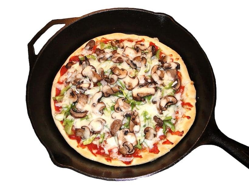 חימום של פיצה על מחבת ביתית רגילה
