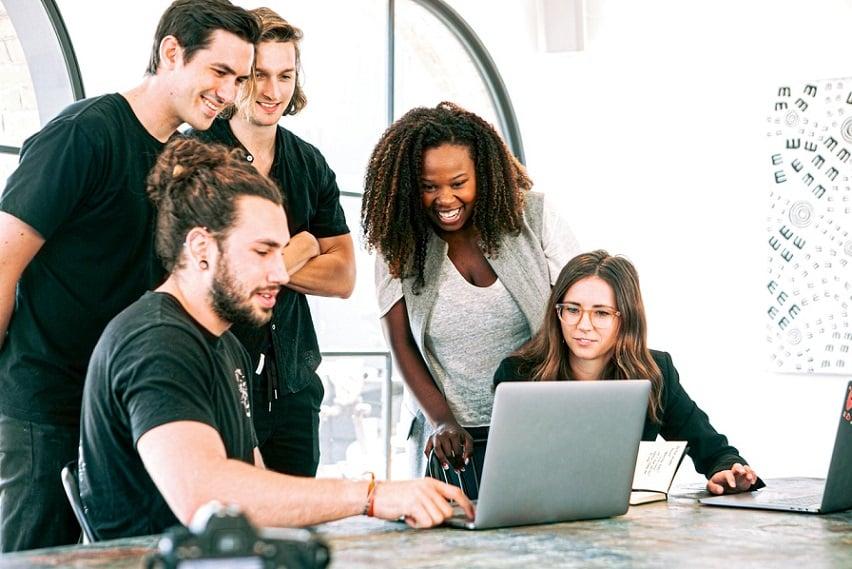 חמש אנשים מסתכלים על מחשב אילוסטרציה של מדריך קנייה