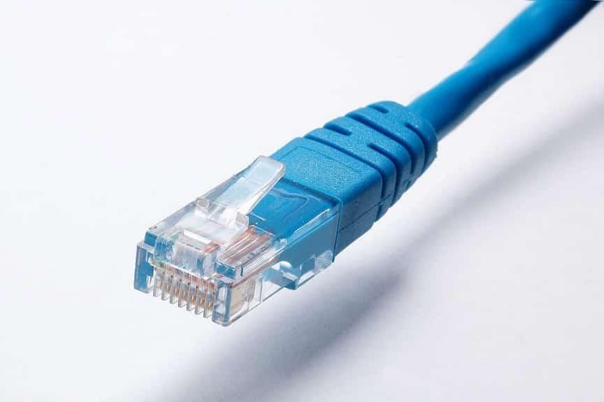כבל רשת פשוט בצבע כחול על רקע אפור לבן