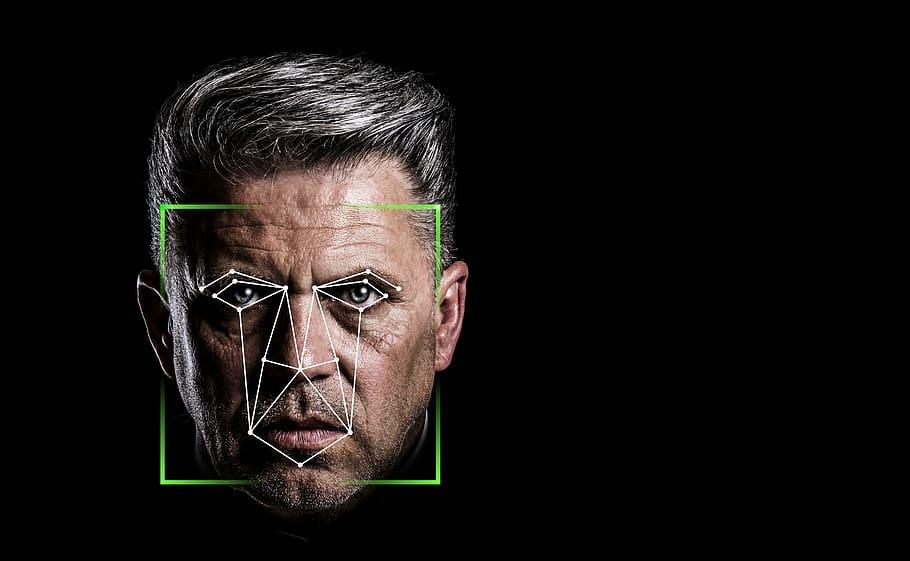 פנים של גבר שעברו זיהוי פנים על רקע שחור