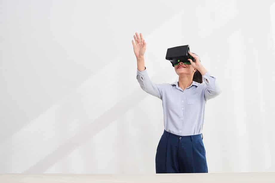אישה עם מערכת מציאות מדומה מנסה לגעת בדברים באוויר