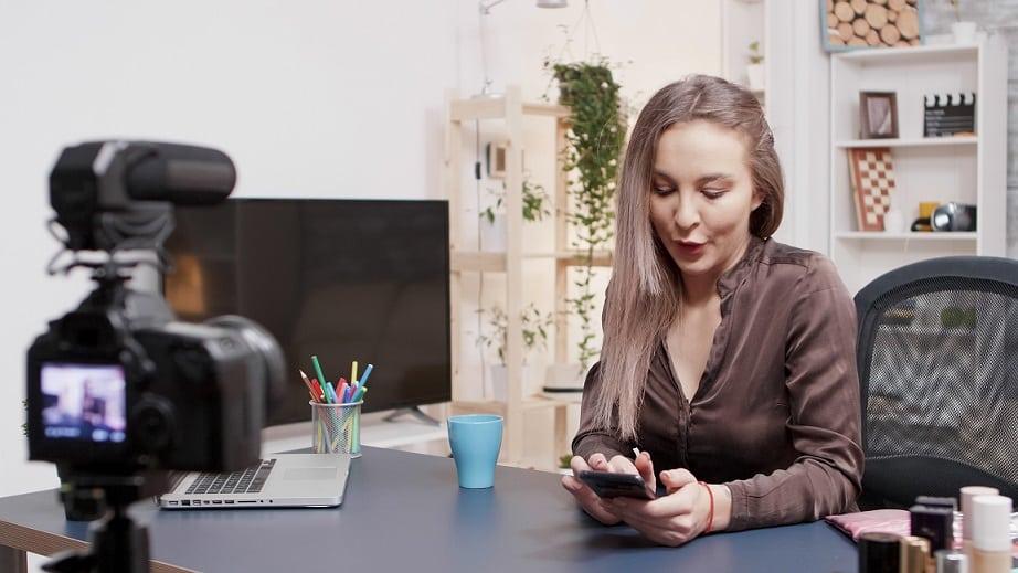 אישה קוראת שאלות ששואלים הצופים של הבלוג שלה