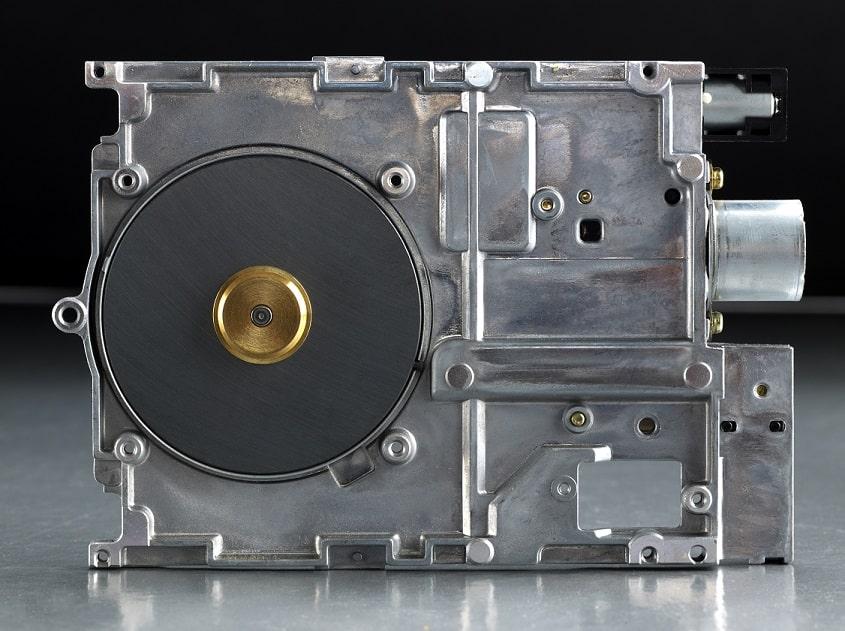 דיסק קשיח של מחשב עומד על השולחן