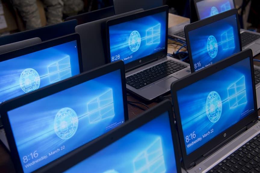 הרבה מסכים דלוקים עם תצוגה בצבע כחול שמראה כניסה למערכת ההפעלה