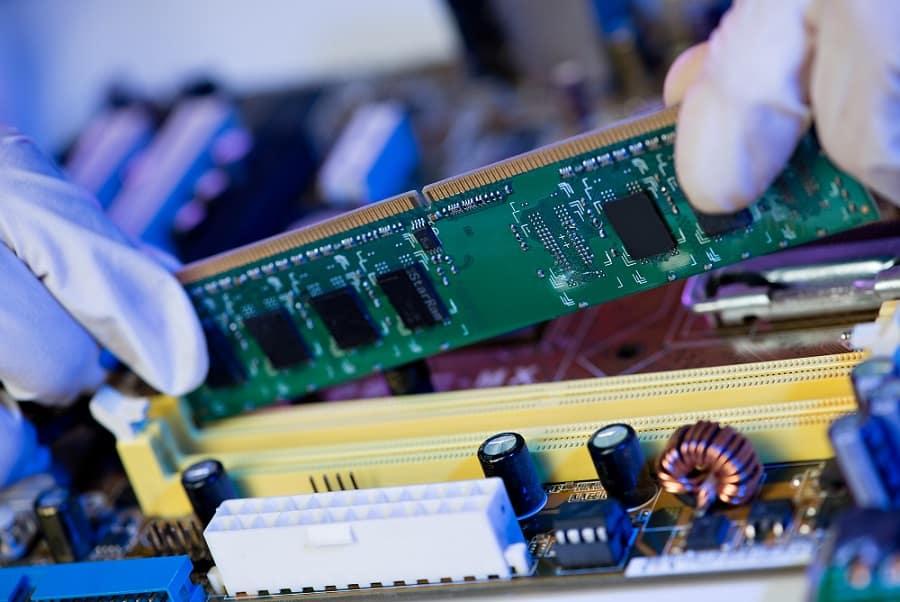 ידיים בכפפות מחזיקות זיכרון RAM ושמות אותו במקום המתאים שלו