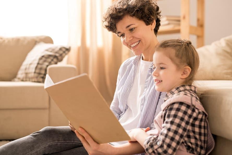 ילדה קטנה מקריאה שאלות לאמא שלה והיא עונה לה