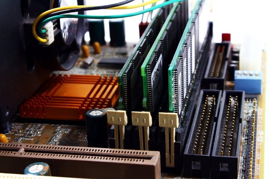 לוח אם עם תקריב לאיזור שבו מחוברים 3 יחידות של RAM