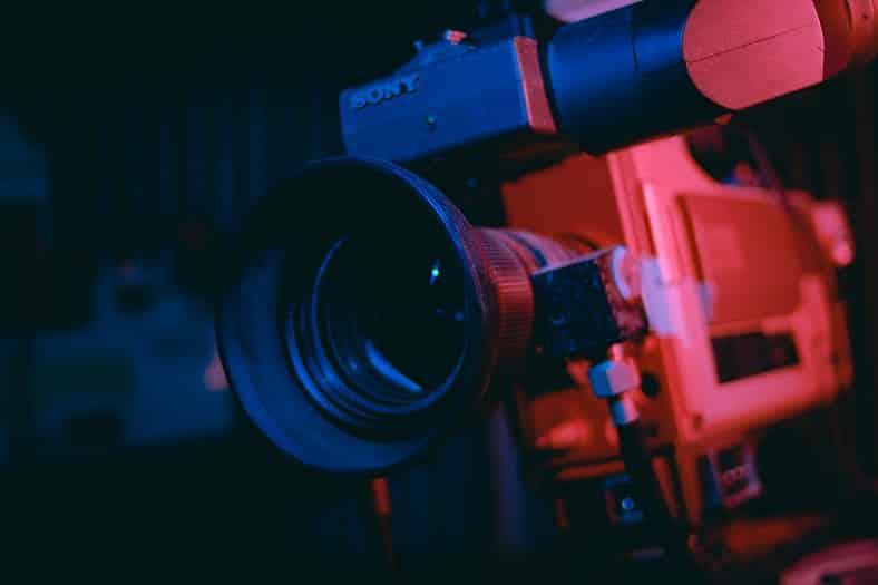 מצלמת וידאו עם תאורה אדומה ושחורה מבט מקרוב