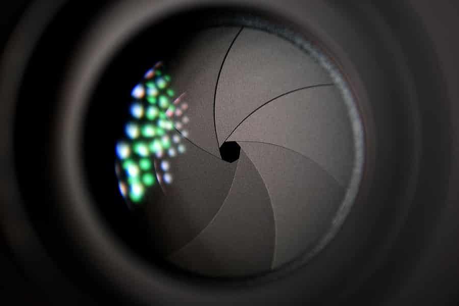 צמצם שחור וסגור עם השתקפות של אור בצד שמאל