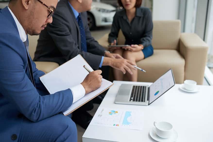 קבוצה של אנשי עסקים יושבים ומקבלים הדרכה על משהו במחשב