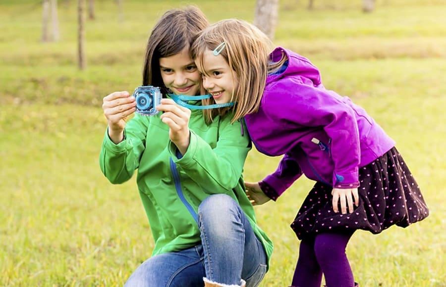 2 ילדים משחקים עם מצלמת מים לילדים Ourlife Kids Waterproof Camera