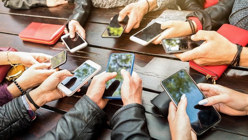 אנשים שונים משתפים תמונות שלהם באמצעות הפלאפון