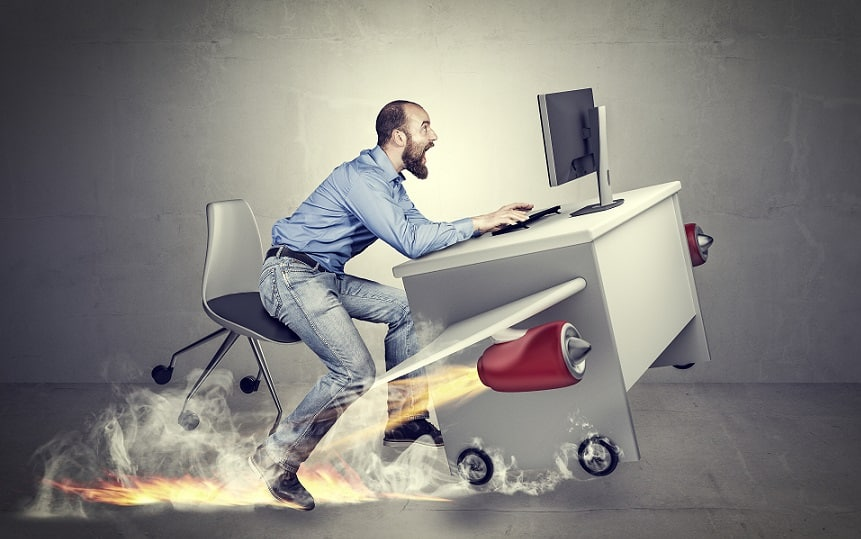 בחור נוסע במהירות על שולחן העבודה שלו