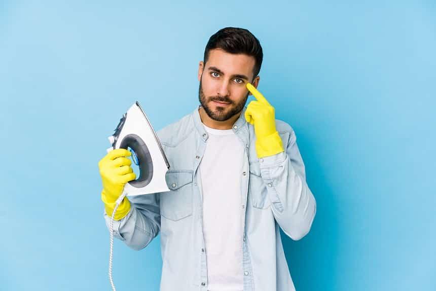בחור צעיר עם כפפות צהובות מציג מדריך למוצר