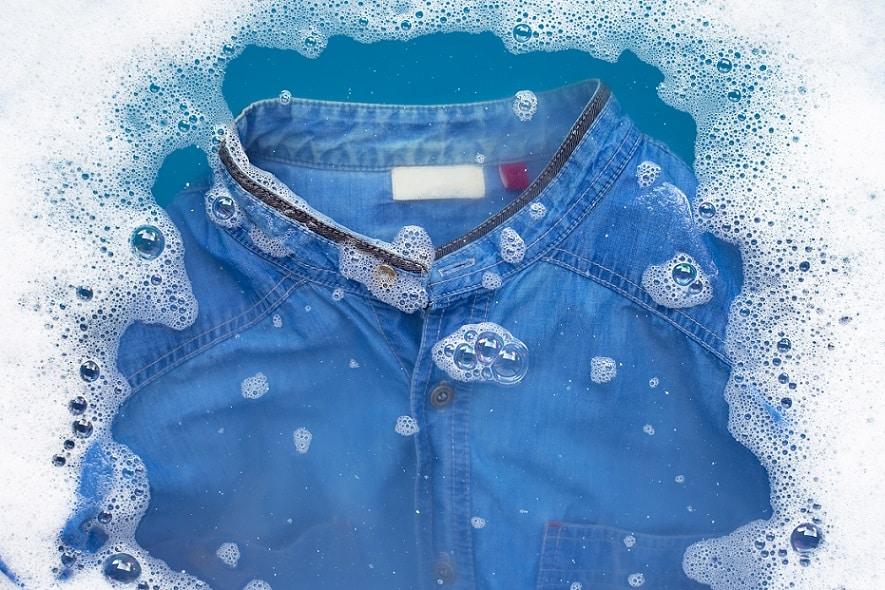 חולצת ג'ינס כחולה ספוגה במים ובסבון