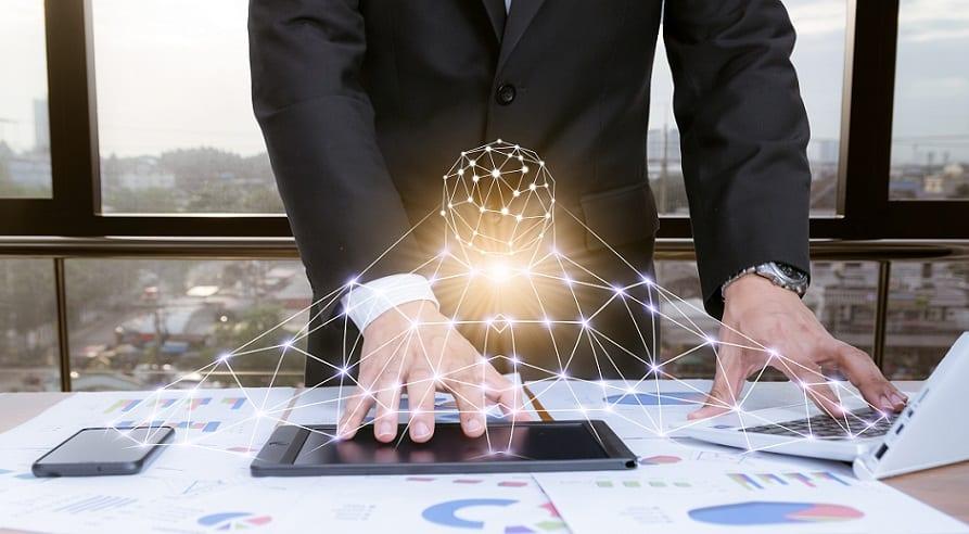 ידיים של גבר חוקרות סוגים שונים של טכנולוגיה מתקדמת