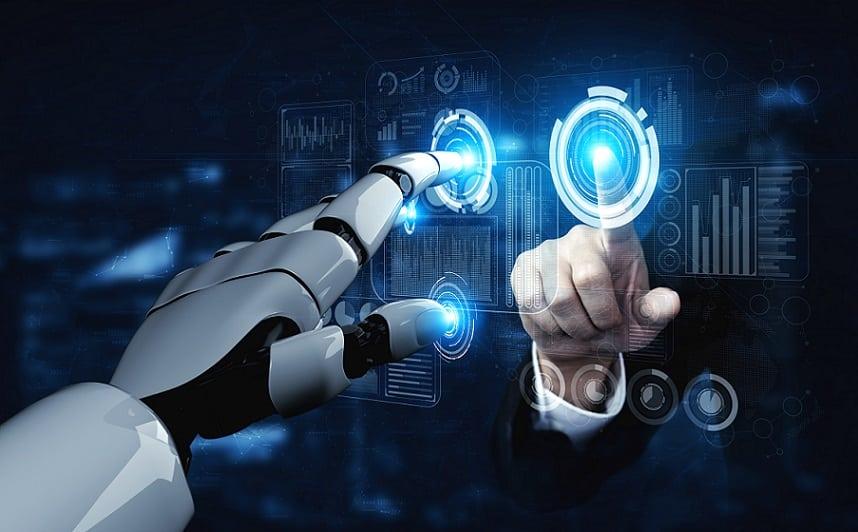 יד של רובוט נוגעת במסך הולוגרמה יחד עם יד אנושים