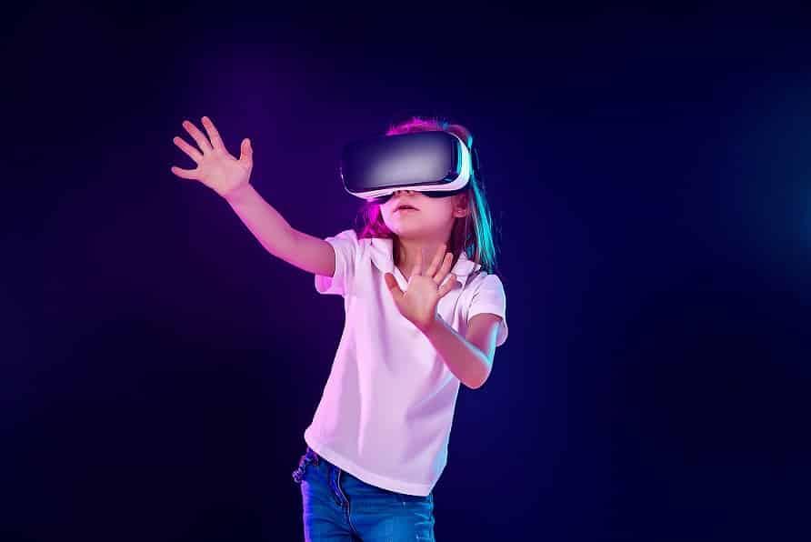 ילדה קטנה לובשת משקפיי מציאות מדומה ועושה תנועות עם הידיים